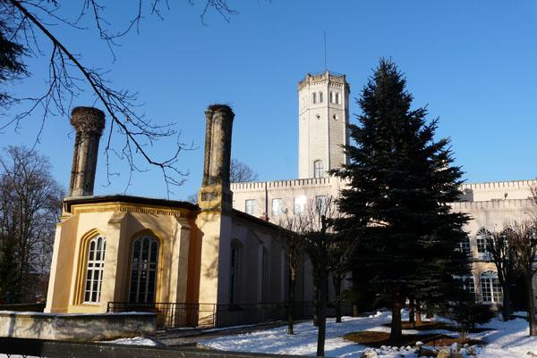Neogotycki pałac w Mysłakowicach (XIX).