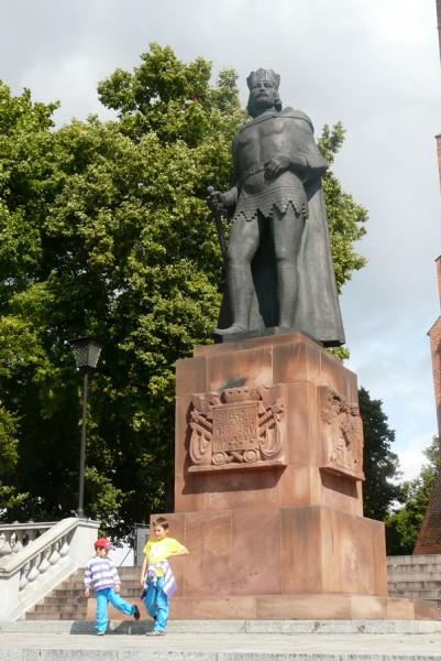 Pomnik Bolesława Chrobrego przed katedrą.