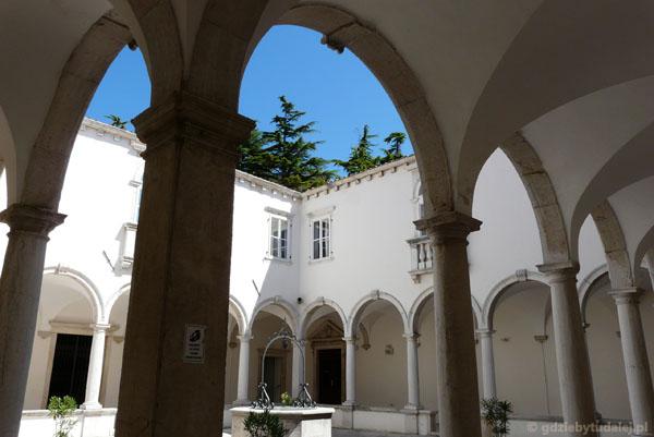 Renesansowe krużganki w klasztorze Franciszkanów.