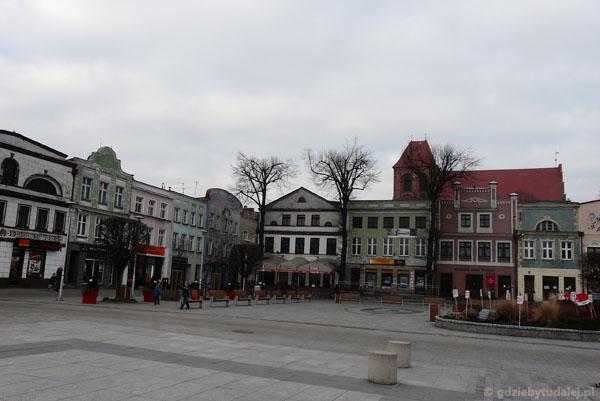 Rynek otoczony ponad stuletnimi kamieniczkami.
