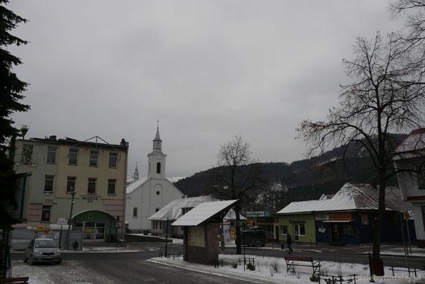 Rynek w Piwnicznej - muzeum i kościół XIX w.