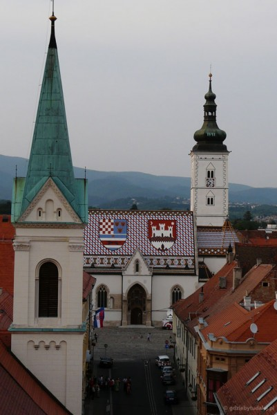 W pejzażu dominuje gotycki kościół Św. Marka.