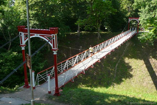 Wiszący most w Parku zamkowym - wizytówka miasta.