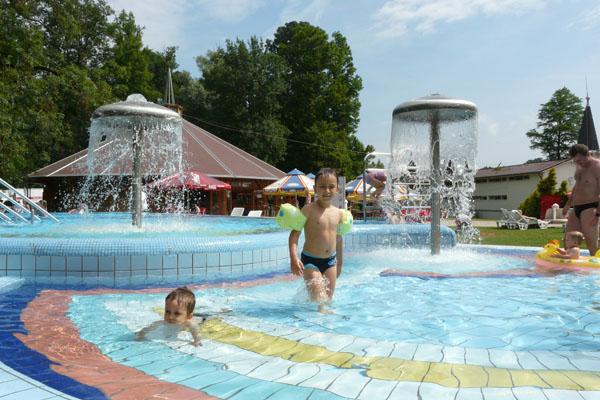 Chłopcy na kąpielisku w Heviz.