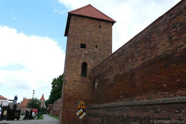 Gotyckie mury miejskie z Basztą Prochową i Kosciół Św. Ducha.