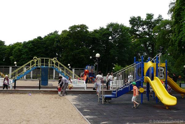 Plac zabaw w miejscu dawnego basenu.