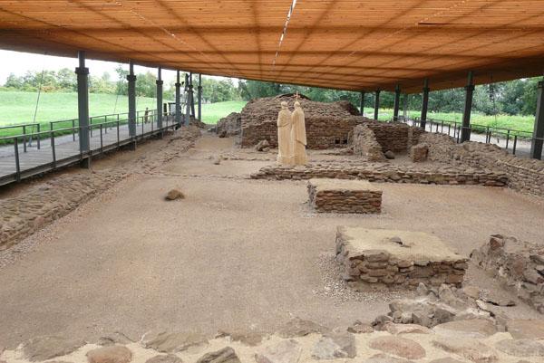Ruiny budowli sakralno-pałacowej (X w).