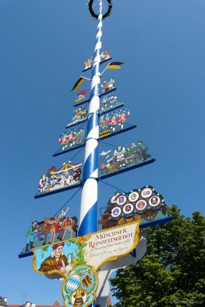 Słup majowy na Targu Żywności w Monachium.