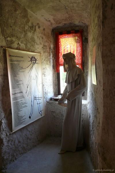 Spotykamy też średniowiecznego medyka.