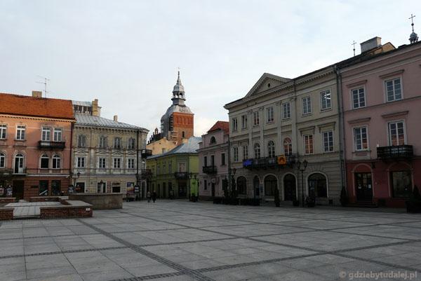 Rynek w Piotrkowie, w tle Kosciół Farny.