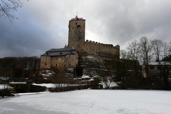 Gotycki Zamek Kost w pełnej krasie.