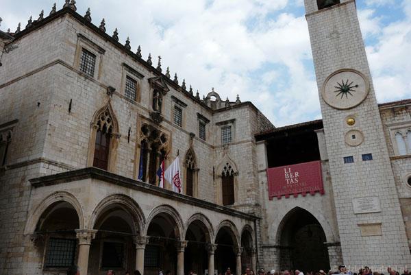 Gotycko-renesansowy Pałac Sponza, loggia i Wieża Zegarowa (XV).
