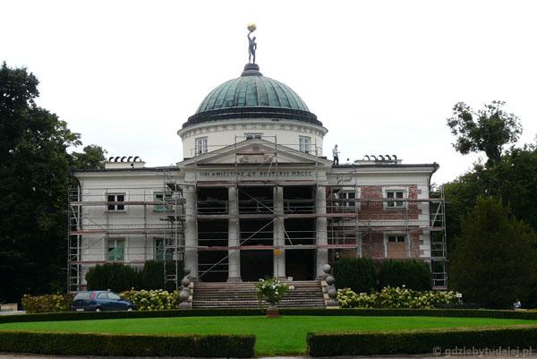 Klasycystyczny pałac Skórzewskich w Lubostroniu.