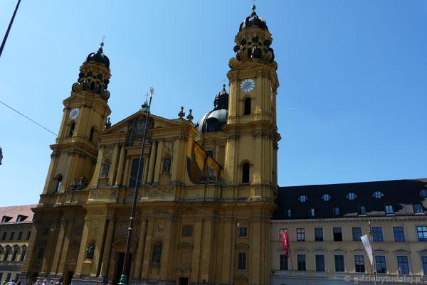 Barokowy (XVII) kościół teatynów, Monachium.