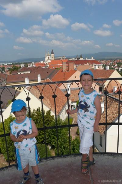 Chłopcy na wieży ogniowej w Veszprem.