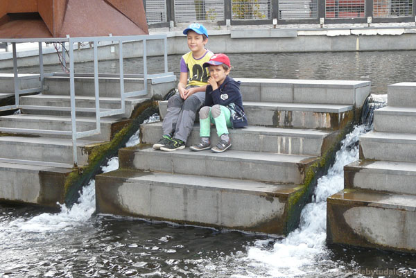 Na schodkach na stopniu wodnym.