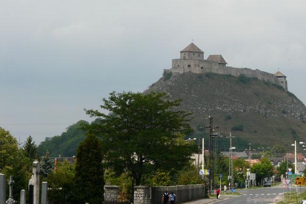 Potężny średniowieczny zamek góruje nad miasteczkiem Sumeg.