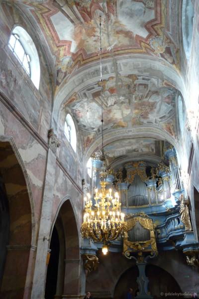 Widać XVIII-wieczne organy.