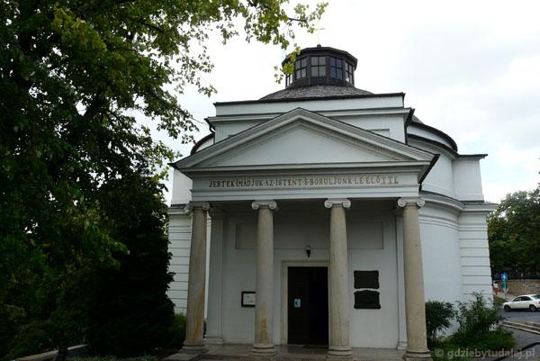 Klasycystyczny (XIX) kościół w Balatonufured.