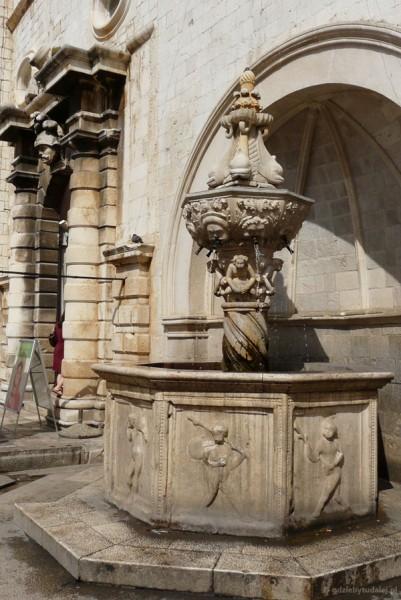 Mała fontanna Onufrego (XV) zaopatrywała plaz w wodę.