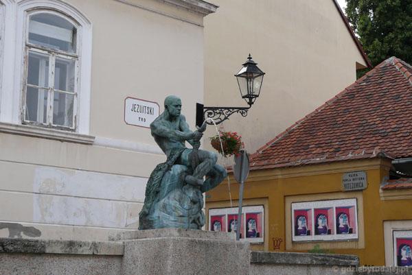 Rzeźba ,,Rybak z wężem'' na Placu Jezuitów.