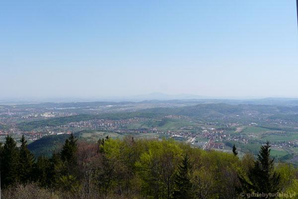 Widok z Chełmca na Wałbrzych, Ślęża w tle.