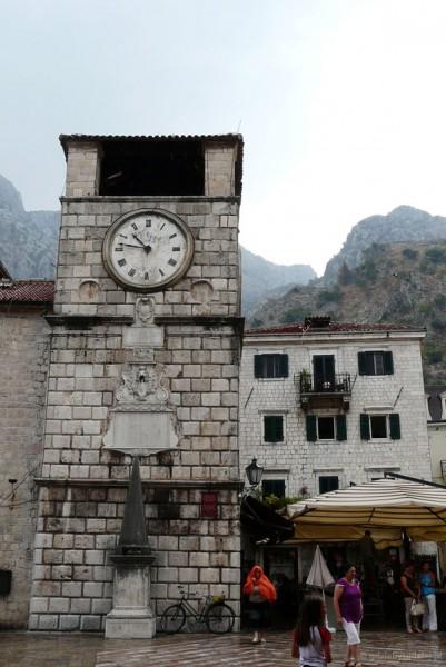 Wieża zegarowa (pocz. XVII) i średniowieczny pręgierz.