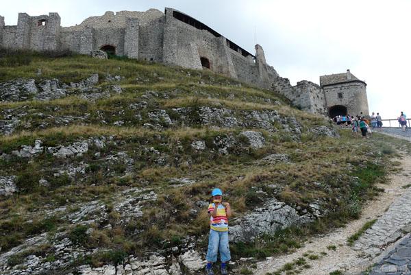 Wspinamy się do wejścia na zamek w Sumeg.