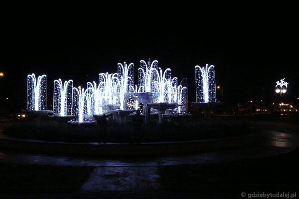 Świetlne fontanny na Skwerze Kościuszki w nocy.