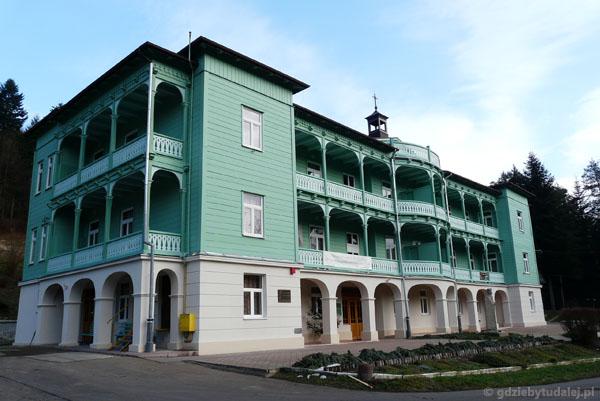 Budynek klasztoru Nazaretanek w Komańczy.
