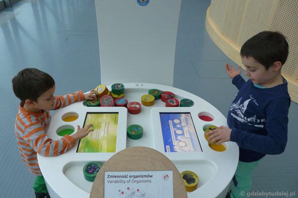 Interaktywne gry zajmowały chłopaków na długo.
