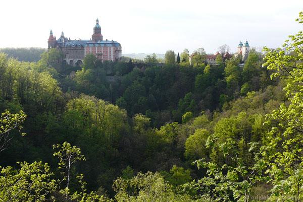 Późnogotycko-renesansowy zamek w Książu (XII, przeb. XVIII w).