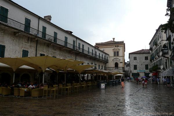 Pałac Namiestnika Wenecji (XV) tonie w strumieniach deszczu.
