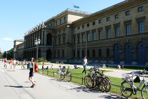 Rezydencja królów ii książąt bawarskich od strony ogrodów pałacowych.