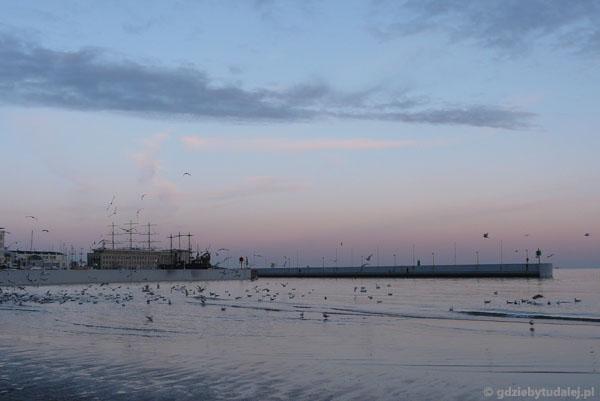 Spojrzenie na południowe wejście do portu w Gdyni.