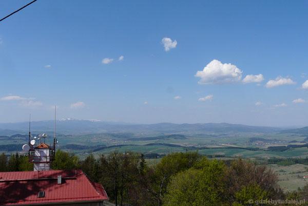 Widok z Chełmca na Karkonosze ze Śnieżką i Rudawy Janowickie.