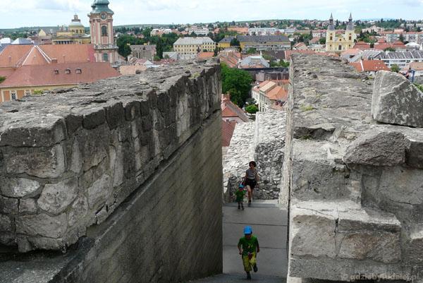 Widokowy spacer po ruinach egerskiego zamku.