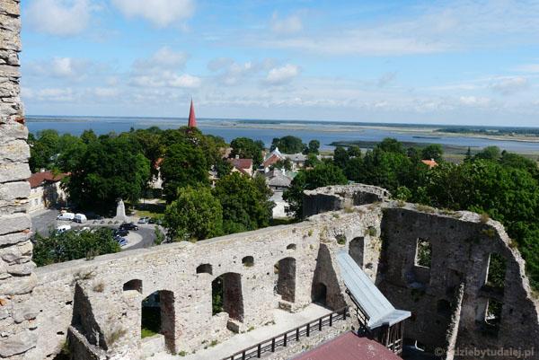 Z góry dobrze widać też pozostałości zamku.