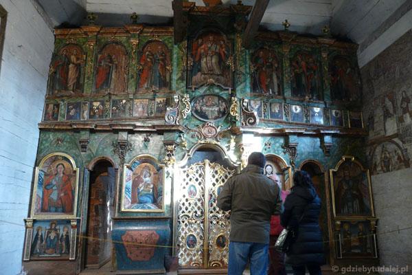 Wewnątrz piękny ikonostas.