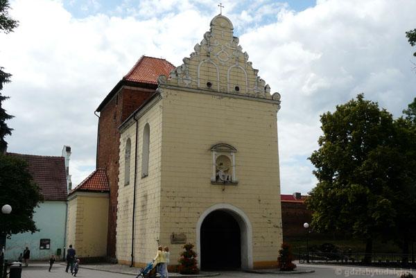 ...z dobudowaną barokową kaplicą.