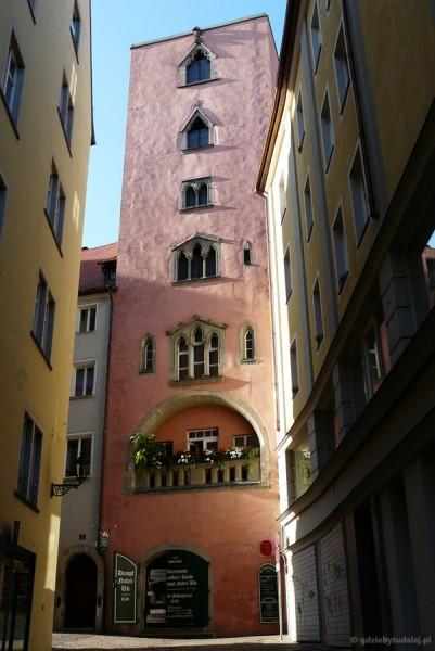 Dom partycjuszy z gotycką wieżą (XIII).