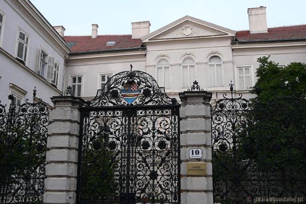 Klasycystczny pałac mieszczący Instytut Historii.