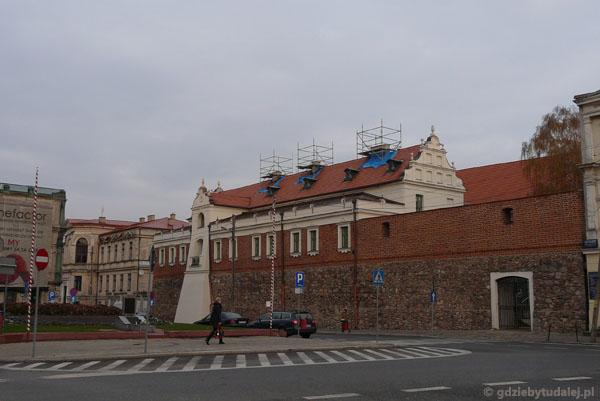 Klasztor Dominikanek i pozostałości murów miejskich.