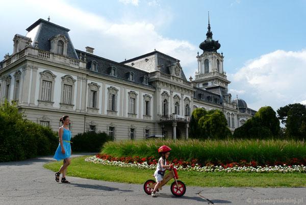 Pałac Festetitsów (XVIII, przeb. XIX) w pełnej krasie.