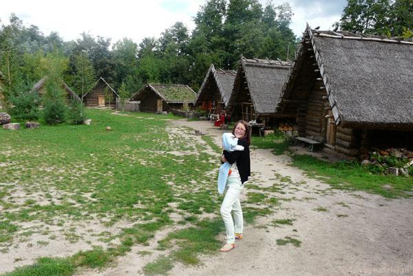 Rekonstrukcja wioski wczesnopiastowskiej.