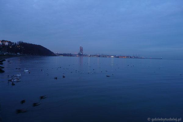 Widok z końca Bulwaru Nadmorskiego na okolice portu.