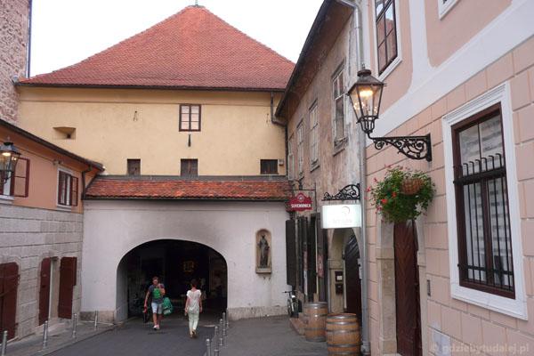 Średniowieczna Brama Kamienna.