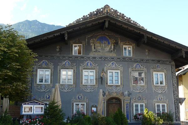 Malowane domy w Garmisch-Partenkirchen.