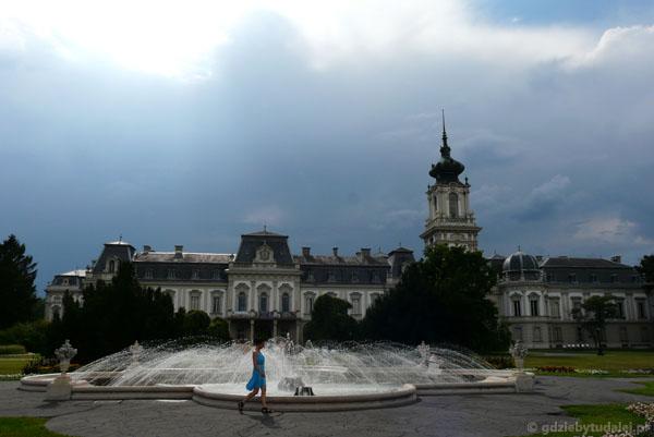 Nadciągająca burza tylko dodała uroku pałacowym krajobrazom.