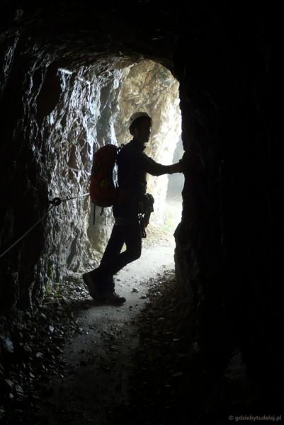Wschodnie zejście z Alpspitze - tunel (!) dla turystów.